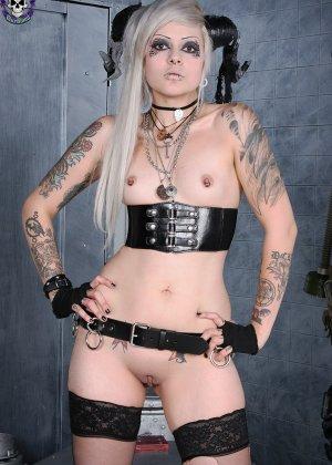 Татуированная эмо в чулках с бритой пиздой - фото 10