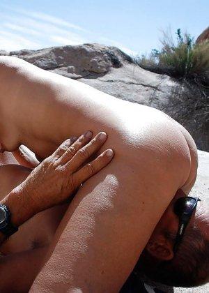 Телки делают минеты на пляже - фото 12