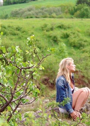 Секс с блондинкой на природе - фото 2