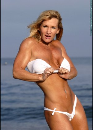 Подкачанная женщина за 40 в купальнике - фото 4