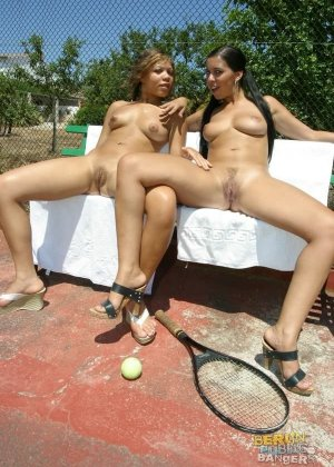 Лесбийский секс на теннисном корте - фото 8