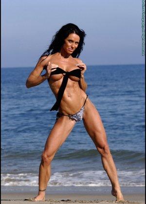 Женщина в мини купальнике на море - фото 2