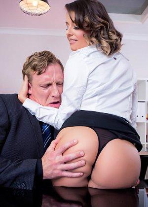 Секс в чулках и каблуках на работе с пожилым боссом - фото 6