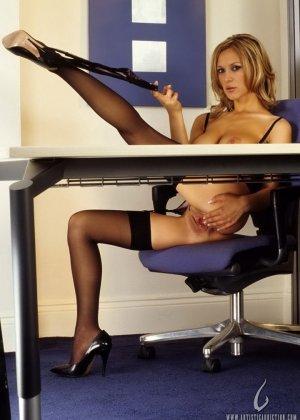 Мастурбация Нессы в офисе - фото 9