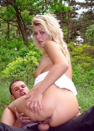 Секс с блондинкой на природе - фото 8