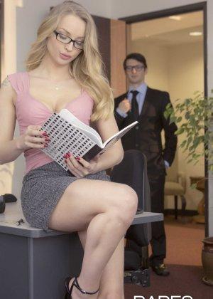 Трахает девушку блондинку в офисе - фото 1