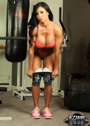 Соло зрелой брюнетки в спортзале - фото 5