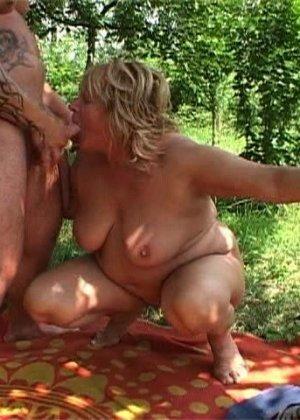 Толстую ебут в лесу порно