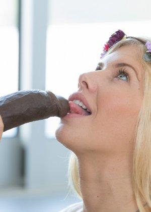 Красивая эротичная блондинка занимается сексом с негром - фото 7