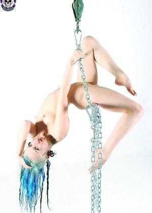 Голая эмо девушка с синими волосами и худой попкой - фото 9