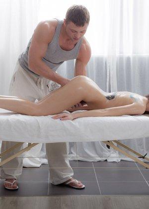 Секс со стройной девушкой на массаже - фото 5