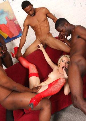 Три негра с большими членами занимаются сексом с девушкой - фото 12