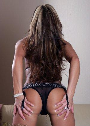 Голая сексуальная красотка сосет дилдо - фото 3