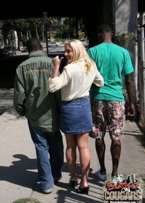 Пожилая блондинка и два негра - фото 2