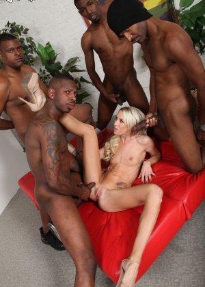 Толпа негров по очереди сует хуи в бритую пизду блондинки - фото 6