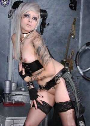 Татуированная эмо в чулках с бритой пиздой - фото 8