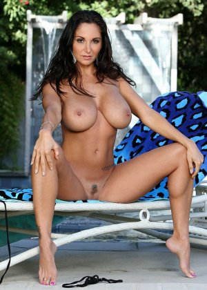 Красивая женщина снимает и так прозрачное бикини - фото 11