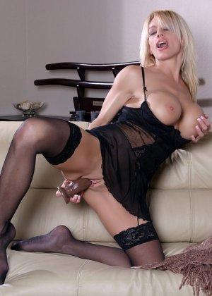 Сексуальная блондинка с дилдо - фото 11
