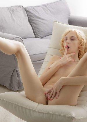 Голая худая блондинка ласкает свою киску - фото 14