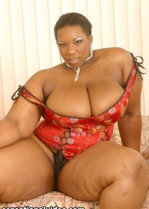 Шикарная толстячка Кристал Клеар целует свои сиськи - фото 1