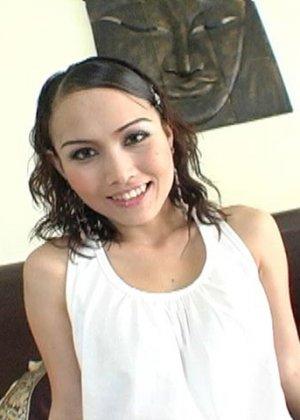 Белый трахает худую азиатку с красивой пиздой - фото 1