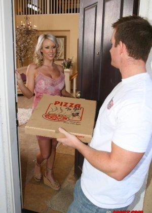 Блондинка занялась сексом с парнем разносчиком пиццы - фото 2