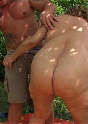 Ебля толстой женщины в лесу - фото 1