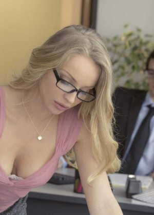 Трахает девушку блондинку в офисе - фото 6