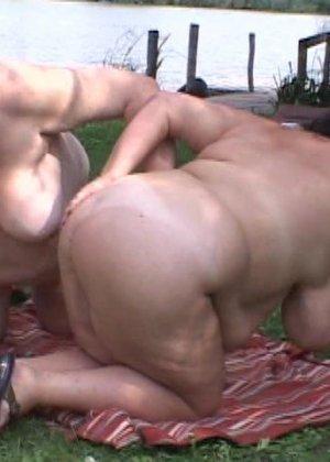 Секс толстых лесбиянок на природе - фото 2