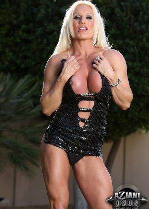 Блондинка бодибилдерша показывает мышцы и большой клитор - фото 4