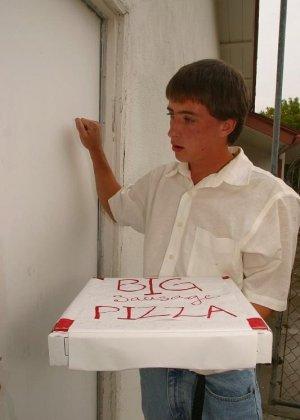 Рыжая девушка поебалась с разносчиком пиццы - фото 1