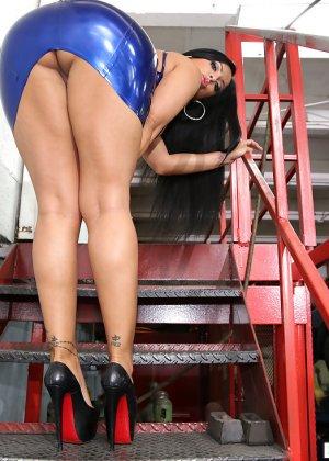 Ебля в гараже большой грудастой дамы - фото 1