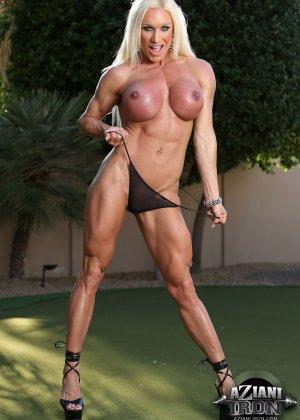 Блондинка бодибилдерша показывает мышцы и большой клитор - фото 5