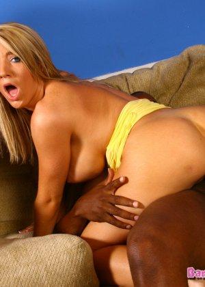 Грудастая блондинка ебется с двумя неграми - фото 10