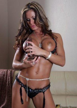 Голая сексуальная красотка сосет дилдо - фото 9