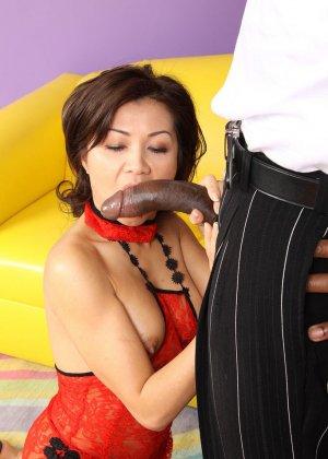 Сексуальная азиатская шлюха любит сосать черный хуй - фото 3