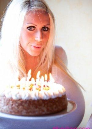 Зрелая блонда с огромной шарообразной грудью - фото 10