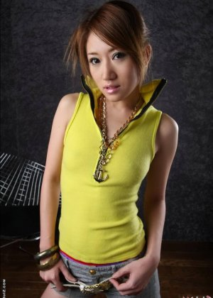 Голая девушка азиатки с мохнатым лобком - фото 1