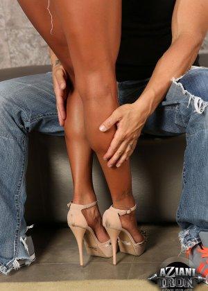 Секс со зрелой латиной с силиконовой грудью - фото 2