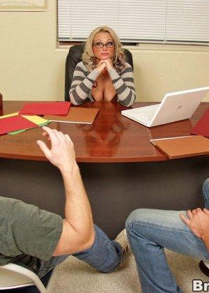 Двое трахают блондинку в офисе - фото 3