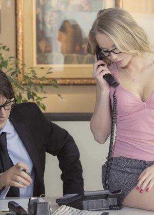 Трахает девушку блондинку в офисе - фото 5