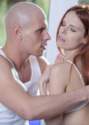 Лысый парень кончил в бритую пизду худой рыжей девки - фото 4