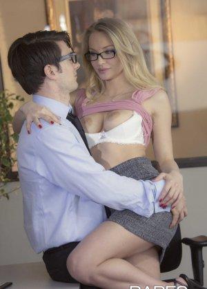 Трахает девушку блондинку в офисе - фото 7