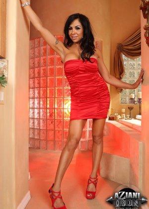 Голая брюнетка примерно 35 лет сняла красное платье - фото 3