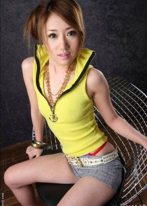 Голая девушка азиатки с мохнатым лобком - фото 6