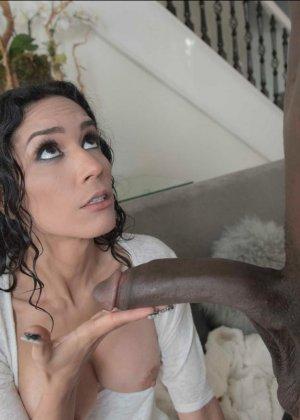 Черный и длинный член негра не помещался в ее пизде - фото 5