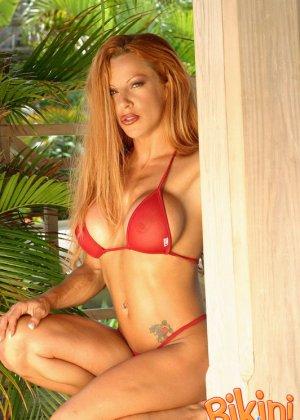 Рыжая блядь в красном бикини - фото 6