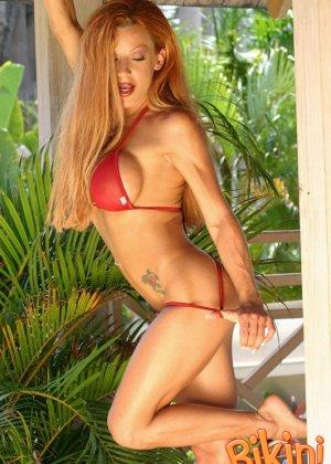 Рыжая блядь в красном бикини - фото 12