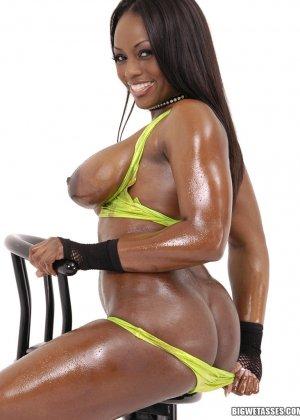 Негритянка показывает красивую жопу - фото 7