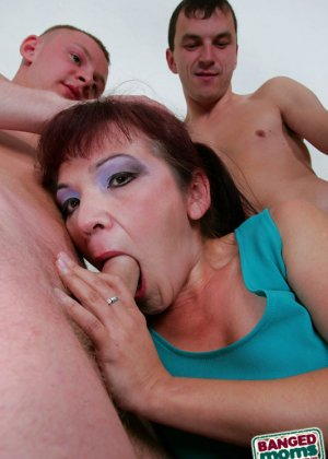 Групповой анальный секс со зрелой - фото 3
